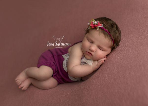 Newborn Romper, Haarband oder Haube in Fb. Brombeere
