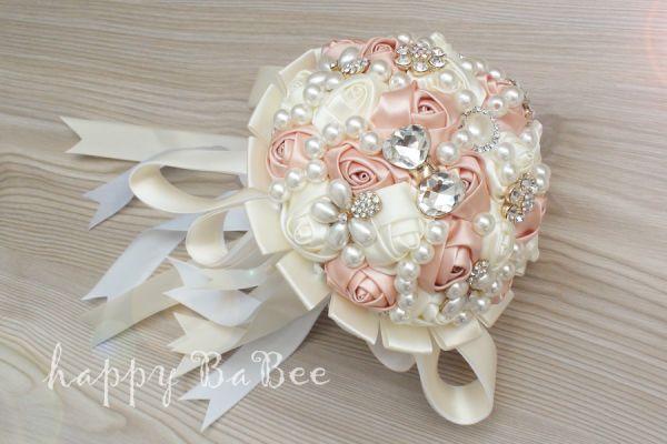 Brautstrauß aus Satinrosen, Perlen und Strass Fb. Ivory-Altrosé