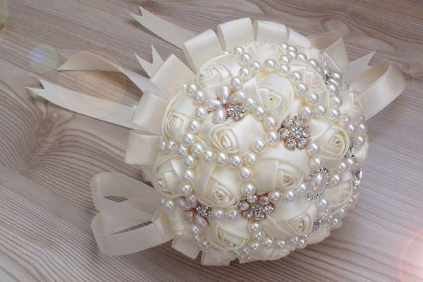 Brautstrauss aus Satinrosen, Perlen und Strass