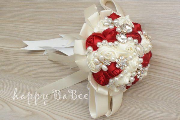 Brautstrauss aus Broschen, Satinrosen, Perlen und Strass