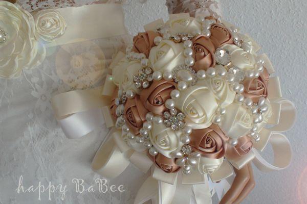 Brautstrauss aus Satin Rosen und Broschen