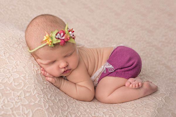 Newborn Set Latzhöschen, Haarband oder Haube in Fb. Brombeere